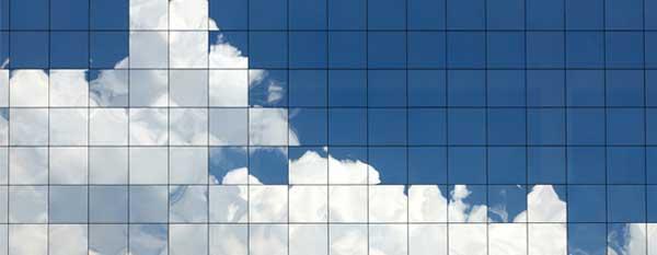 Fönsterrenovering – fönstervägg som reflekterar himlen