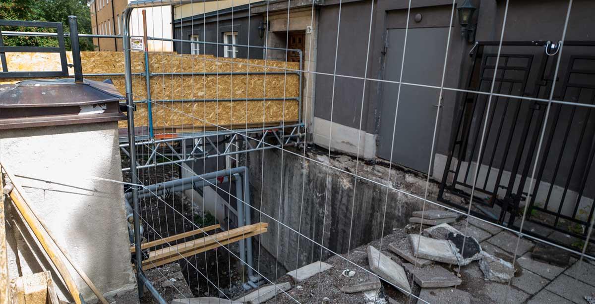 Brf Vågskivan 32 - gårdbjälklag under renovering - sett från gatan