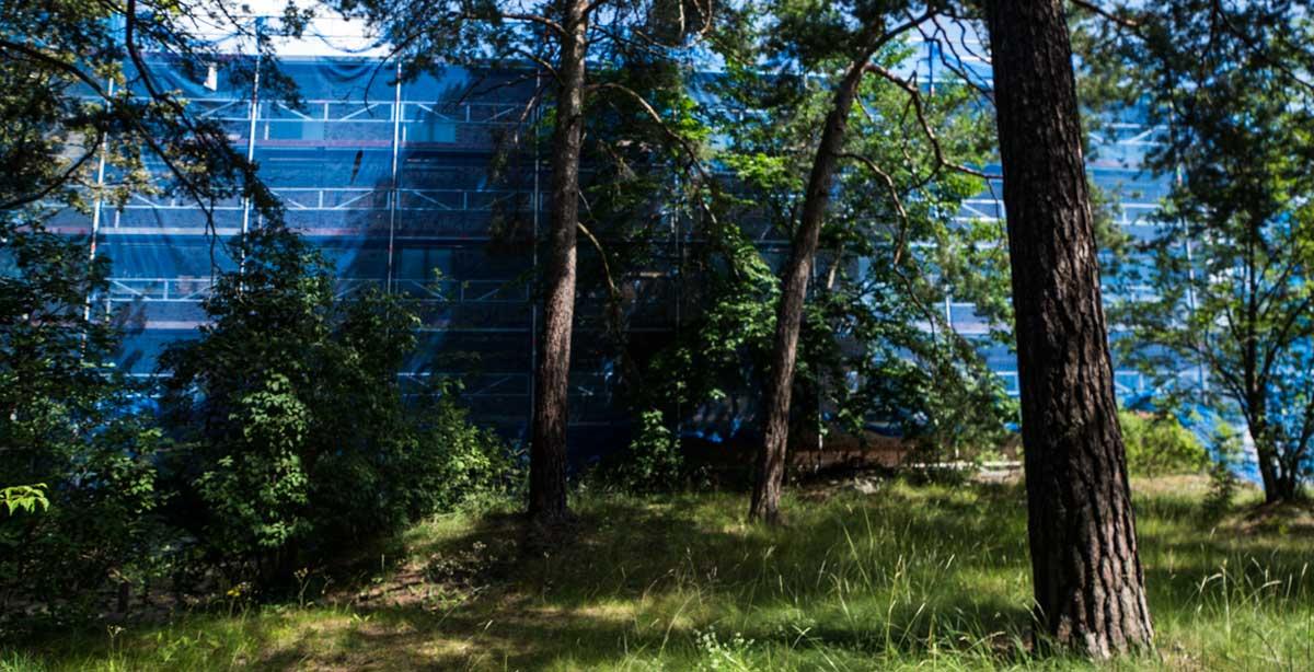 Brf Blåvingen 3 - under renovering - intill skogen