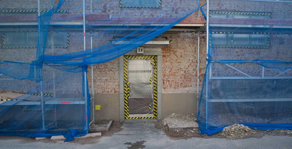 Brf Blåvingen 3 - under renovering - fasad utan puts